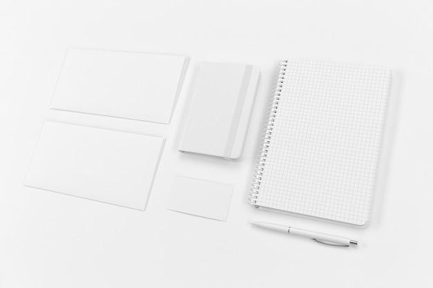 High angle notebook und papierstücke
