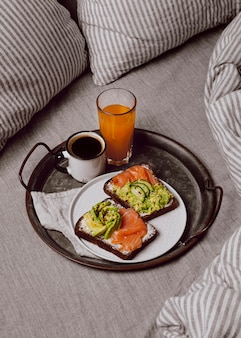 High angle of breakfast sandwiches mit lachs und avocado
