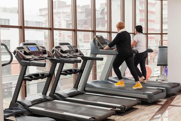 High angle paar im fitnessstudio
