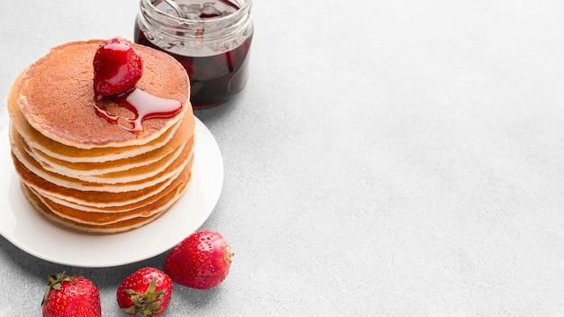 High angle pancakes arrangement mit marmelade
