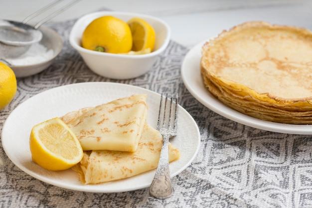 High angle pancakes mit zitronen
