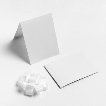 High angle papierstücke und bogen