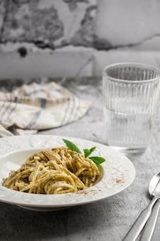 High angle pasta teller und wasserglas