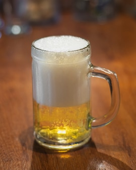 High angle pint mit halbem bier und halbem schaum