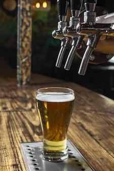 High angle pub eingerichtet, um frisches bier einzuschenken