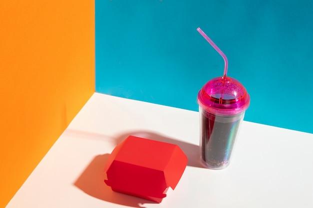 High angle red box und saft tasse