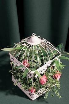 High angle rosen in weißen käfig gesperrt