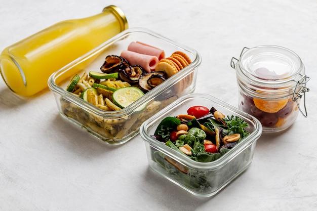High angle saftflasche und verpacktes essen