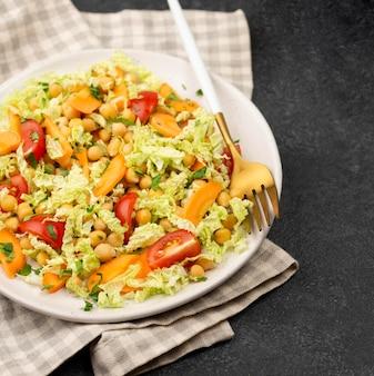 High angle salat mit kichererbsen und karotten