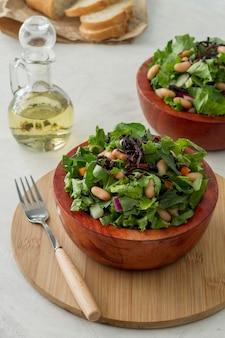 High angle salat mit weißen bohnen