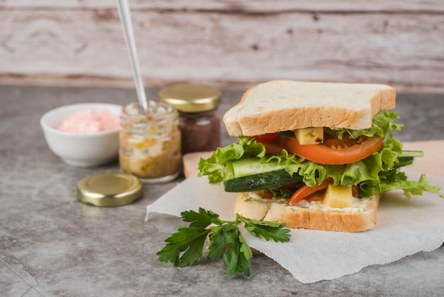 High angle sandwich mit sauce