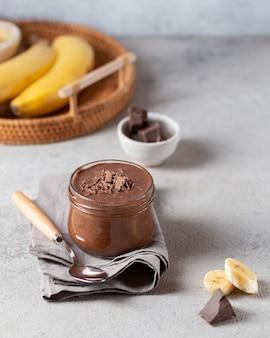 High angle schokolade und bananenpudding