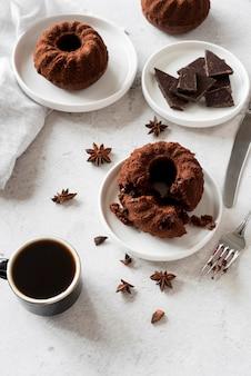 High angle schokoladenkuchen mit sternanis und kaffee
