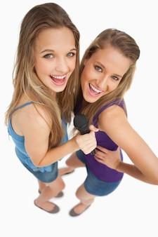 High-angle-schuss von zwei jungen schönheit singen