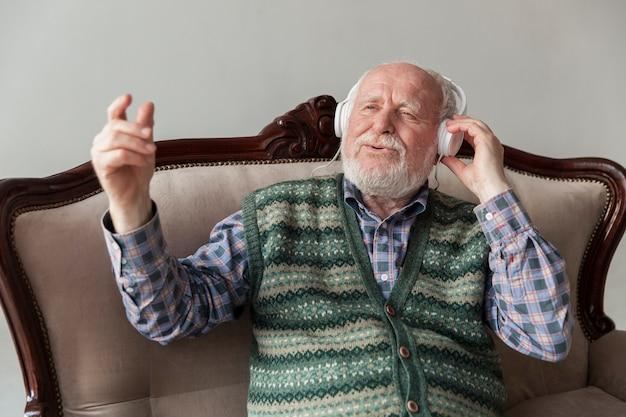High angle senior hören und singen musik
