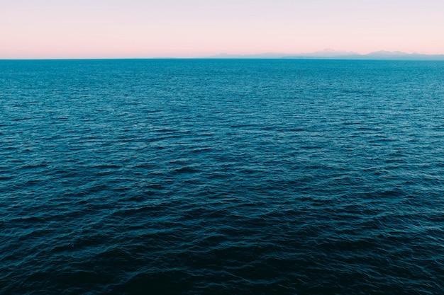 High angle shot des schönen ruhigen blauen ozeans