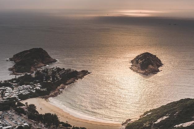 High angle shot des schönen strandes an der bucht unter den erstaunlichen wolken am himmel