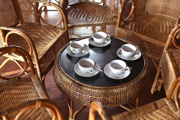 High angle shot eines teesets auf einem tisch mit stühlen