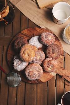 High angle shot von köstlichen schlangen donuts mit puderzucker überzogen