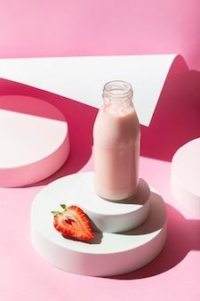 High angle smoothie mit erdbeeren
