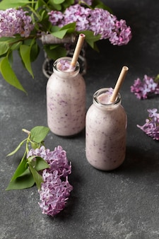 High angle smoothie mit hyazinthe