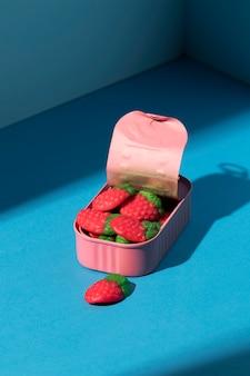 High angle sortiment an erdbeersüßigkeiten