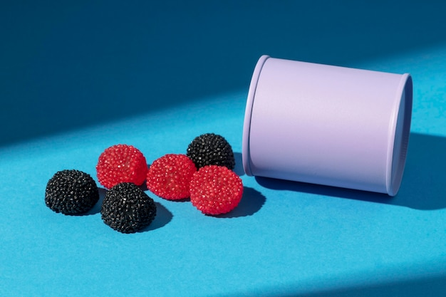 High angle sortiment an leckeren fruchtigen bonbons