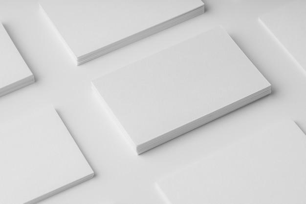 High angle sortiment von weißen visitenkarten