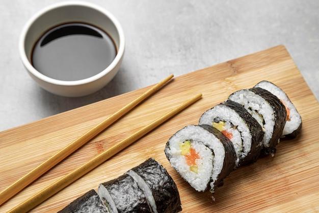 High angle sushi und sauce