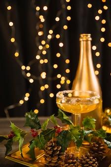 High angle tablett mit glas mit champagner