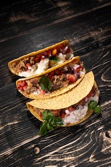 High angle tacos mit fleisch und gemüse