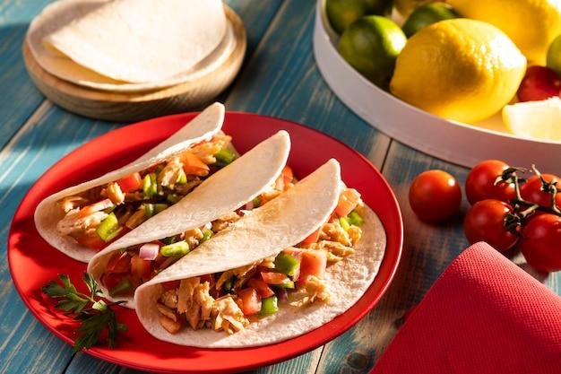 High angle tacos und zitrone