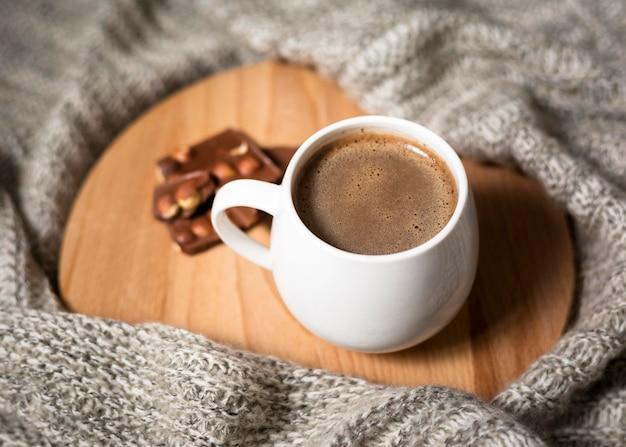High angle tasse kaffee auf holzbrett