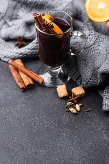 High angle tasse tee mit zitrone und zimt
