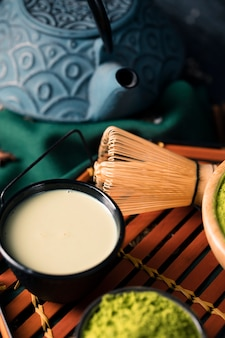 High angle tee aus asiatischen grünen matcha