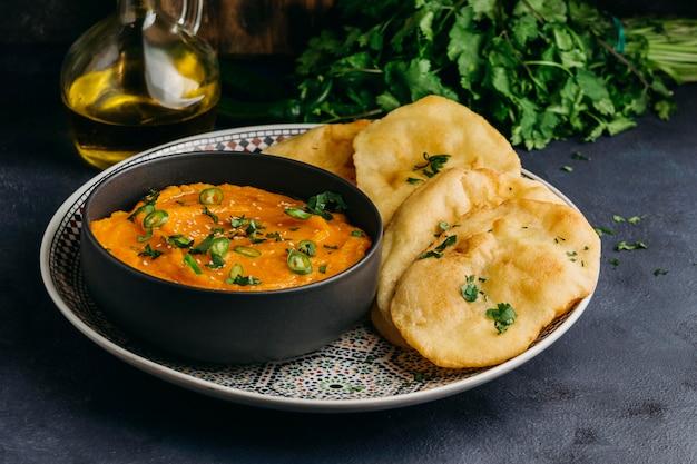 High angle teller mit pakistanischem essen