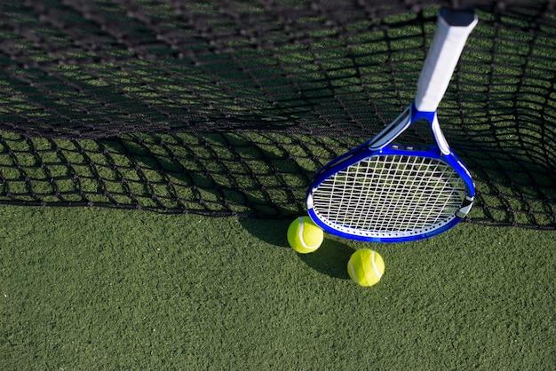 High angle tennisschläger mit bällen