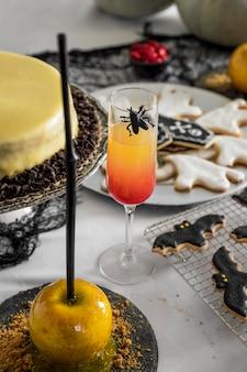High angle tisch mit leckereien für halloween