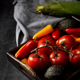 High angle tomaten, avocados und paprika in tablett