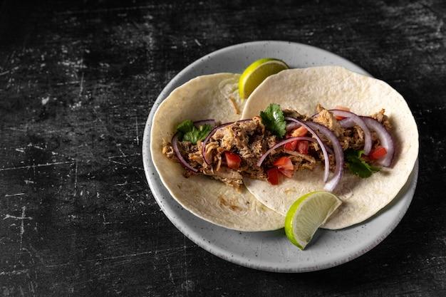 High angle tortilla mit fleisch und gemüse