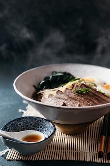 High angle traditionelle japanische gericht anordnung