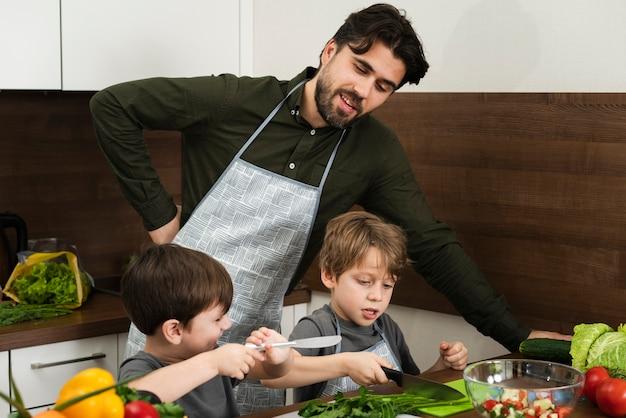 High angle vater und söhne kochen