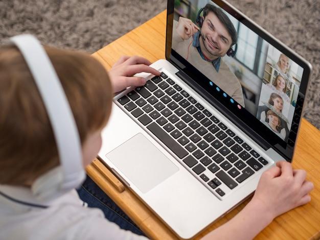 High angle videoanruf auf laptop