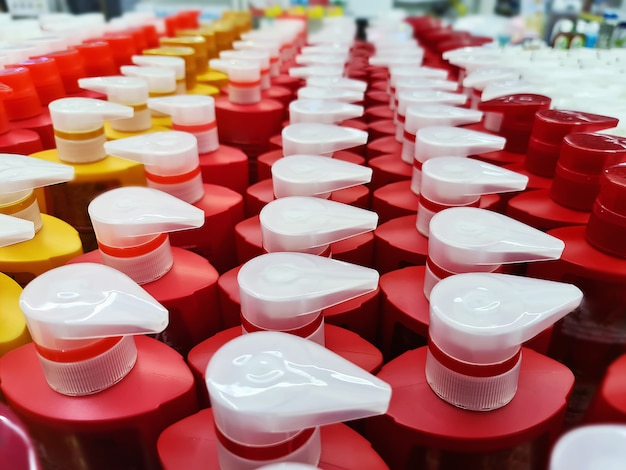 High angle view der gruppe von shampooflaschen mit dosierkappen zum verkauf