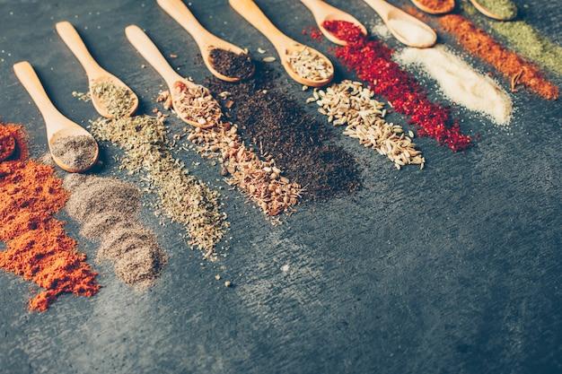 High angle view getrocknete kräuter in löffeln
