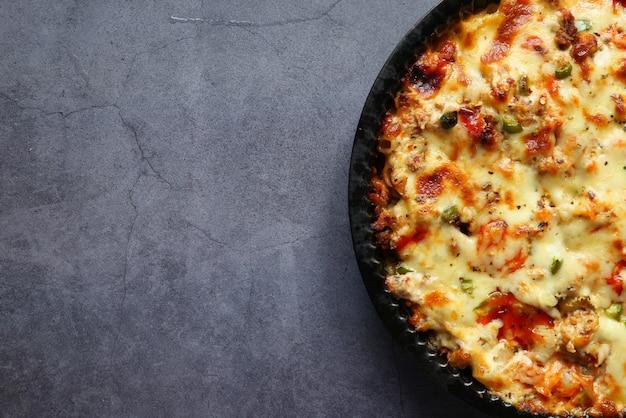 High angle view hausgemachte gekochte pasta in der schüssel.