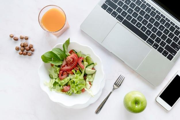 High angle view leckeres frühstück; laptop und handy auf weißem schreibtisch