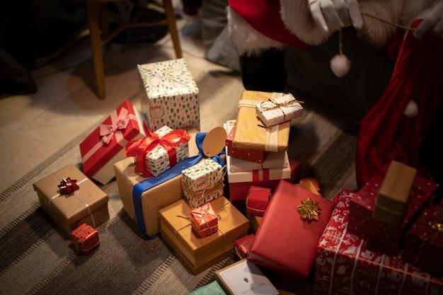 High angle weihnachtsgeschenke auf dem boden