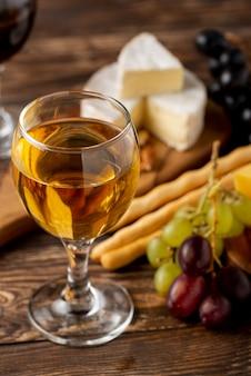 High angle wein und käse zur verkostung auf dem tisch