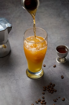High angle zubereitung von leckeren cocktail